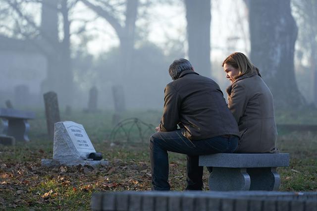 画像: ジーニー・アンダーソン (メア・ウィニンガム) 殺害事件を担当するラルフを支える妻