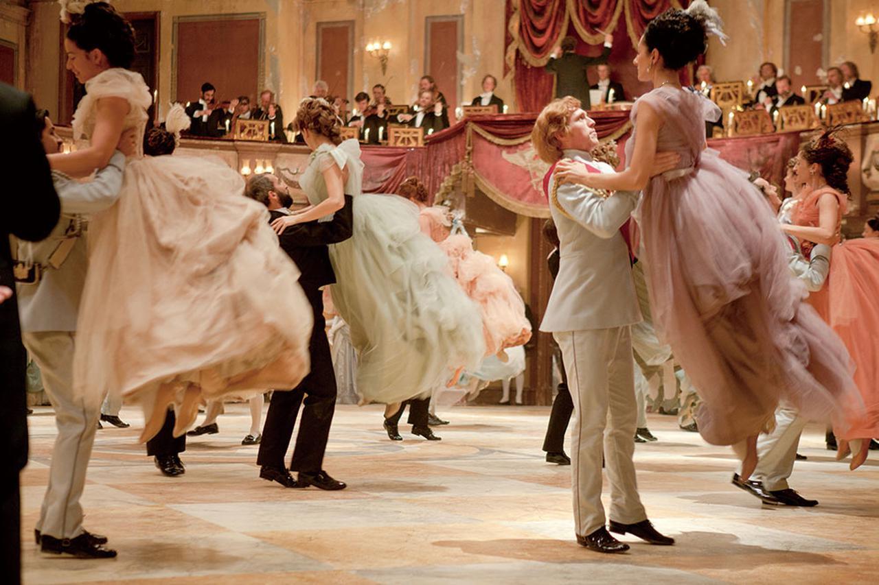 画像: パステルカラーで統一された舞踏会シーン