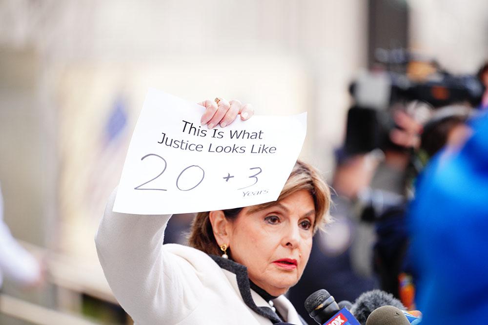 画像: 裁判所の前で23年の禁錮刑の判決文をかざすグロリア・オールレッド弁護士 Photos by Getty Images