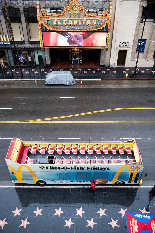 画像: 観光用のバスや大通りにも人影がない Photos by Getty Images