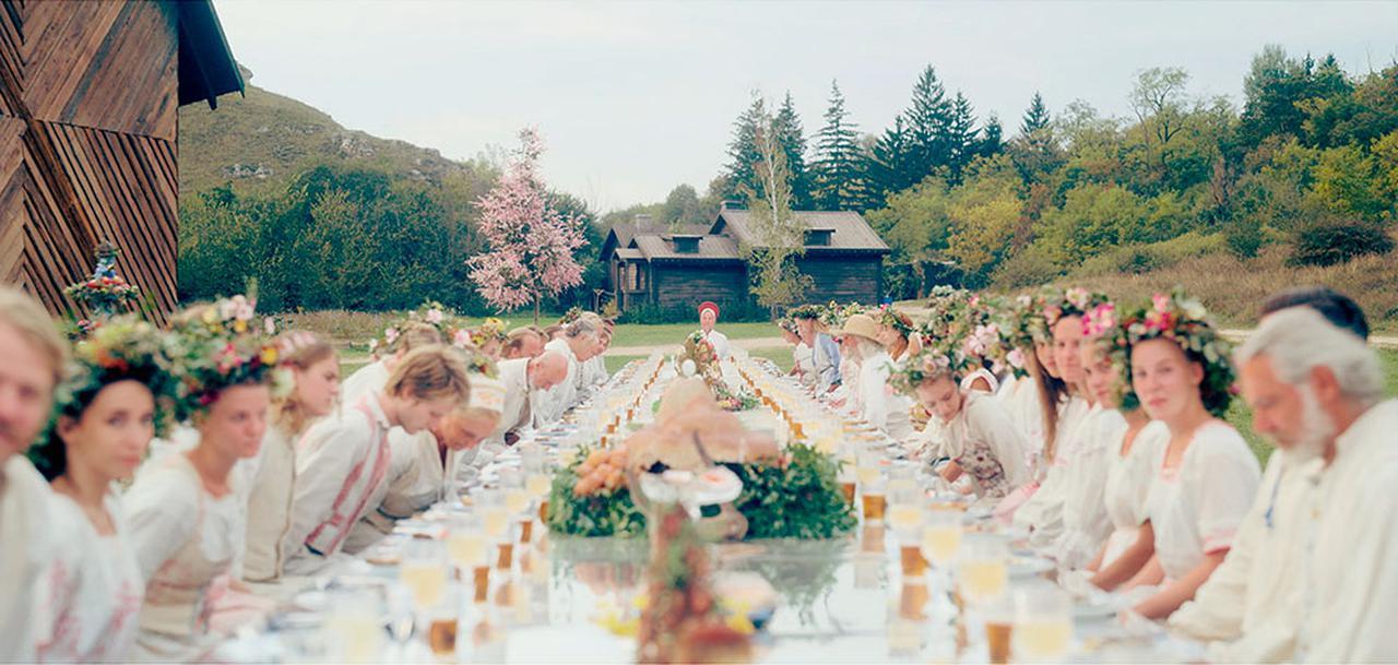 画像: ホラー映画らしからぬ明るい祝祭のビジュアルが特徴的