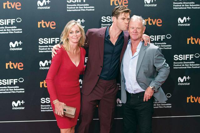 画像: 両親と一緒のクリス