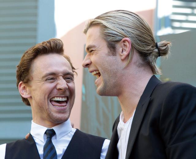画像: 「アベンジャーズ」のローマ・コンフェレンスでの一枚。二人揃って大きなお口を開けて笑っている様子が微笑ましく、見とれてしまう...