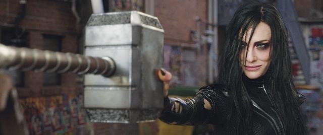 画像: ムジョルニアを粉々にしてしまうヘラ「マイティ・ソー バトルロイヤル」より
