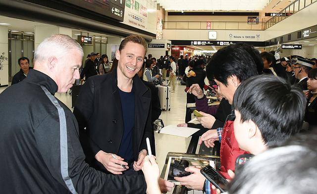 画像: 「キングコング:髑髏島の巨神」で来日時、羽田で出迎えたファンと交流したトム