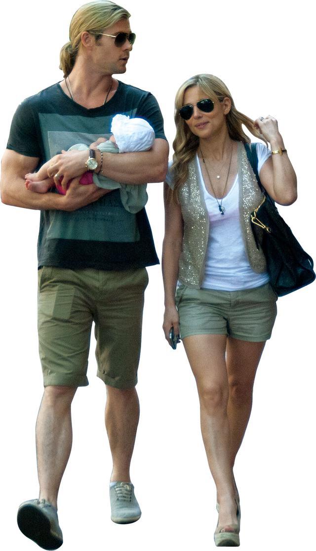 画像: 夫人のエルサと散歩するクリス