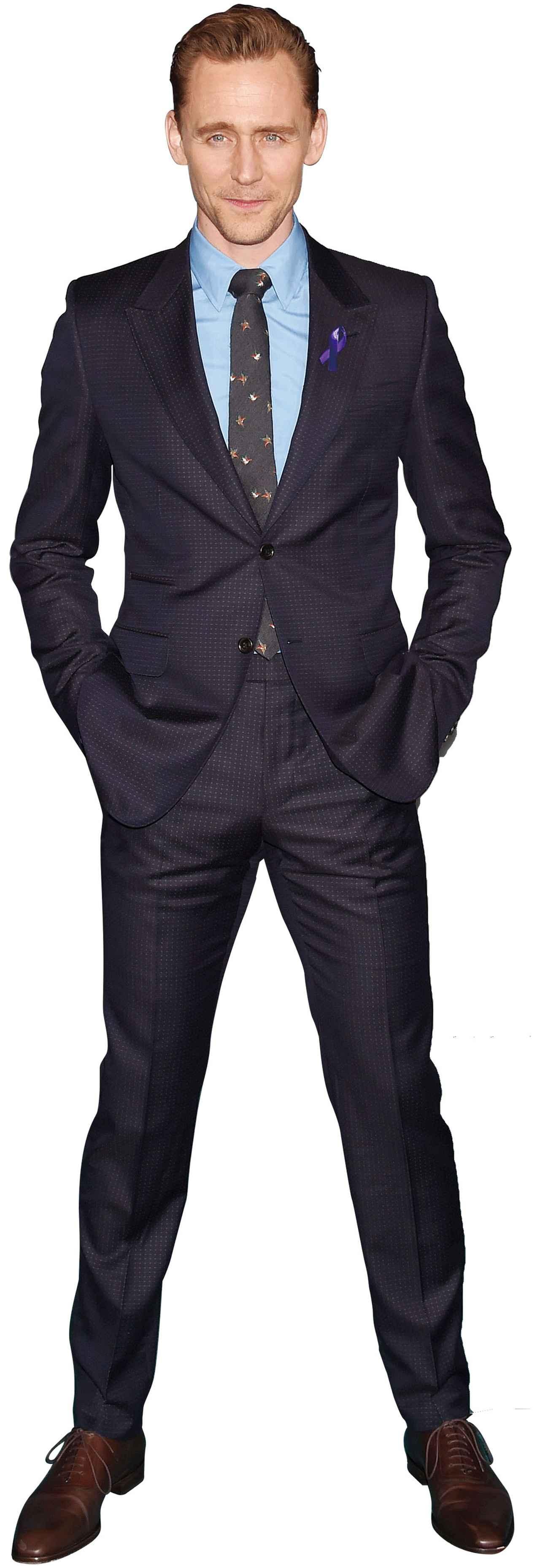 画像: トムの定番はスーツで決めて、ポケットに手を入れ仁王立ち!