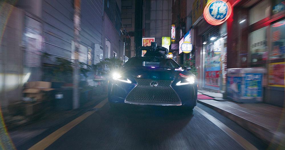 画像: レクサスに飛び乗りソウルの街を疾走します 「ブラックパンサー」より