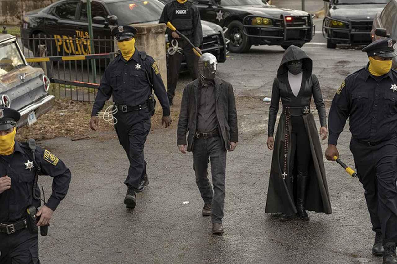 画像: レジーナ・キング演じる主人公シスター・ナイトと覆面警察官たち