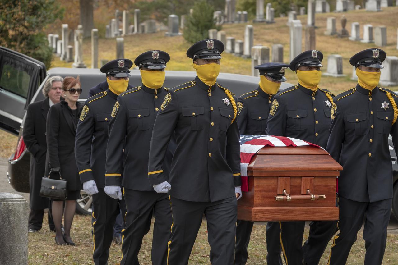 画像: 黄色いマスクで素性を隠す覆面警察