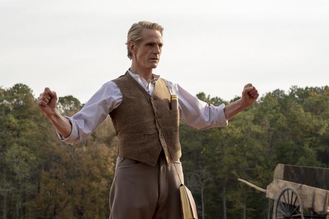 画像: ナチュラルな奇人ぶりがみごとなエイドリアンを演じるジェレミー・アイアンズ
