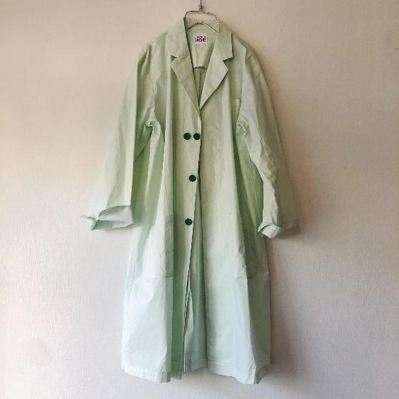 画像1: 俳優たちが着用している淡いモスグリーンの白衣がモチーフ
