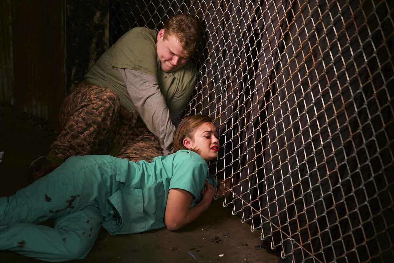 画像4: 殺人鬼の作ったお化け屋敷で若者たちが逃げ惑う!