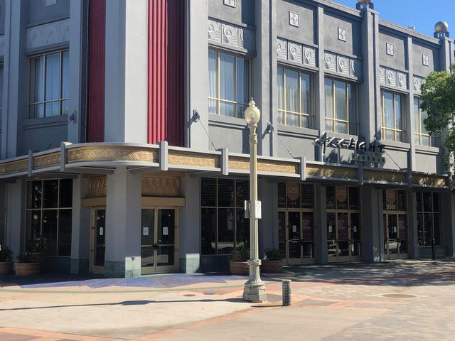 画像: カルバーシティーにあるArclight Cinema正面玄関付近。前にあるプラザも人影はない 撮影:荻原 順子