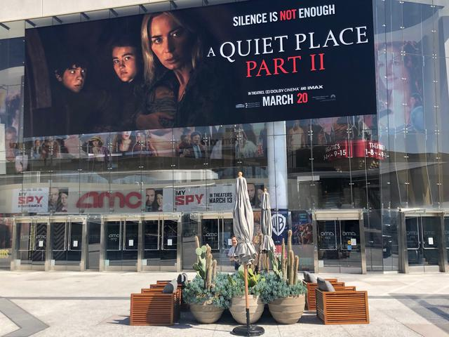 画像: センチュリー・シティーのショッピング・モール内に入っているシネマコンプレックス、AMCCentury14『3月20日公開』とある『クワイエット・プレイスPARTⅡ』の垂れ幕だが、その前に全米で映画館が閉館し、公開延期になったまま 撮影:荻原 順子