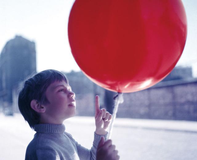 画像: 風船の赤は少年との熱い絆の象徴 「赤い風船」(1956)