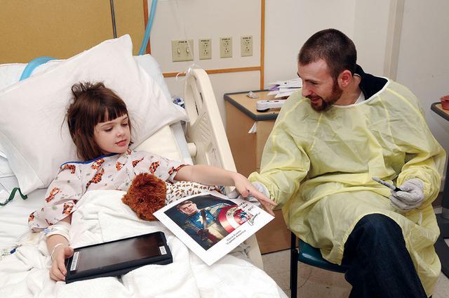 画像: 小児病院をサプライズ訪問して子どもたちと交流