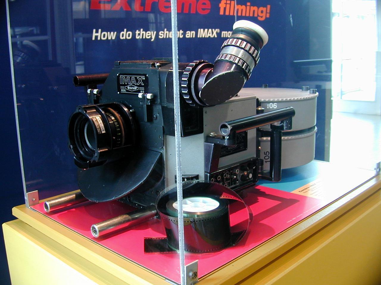 画像: IMAXカメラ。大型のフィルムを大量に使うため莫大なコストがかかる(出展:Wikipedia) https://commons.wikimedia.org/w/index.php?curid=294017 commons.wikimedia.org