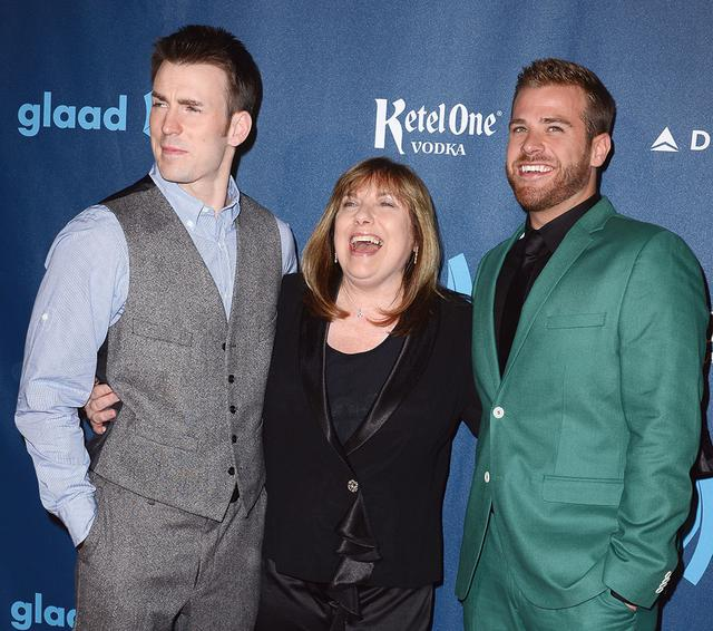 画像: 母親のリサ、俳優の弟スコットと