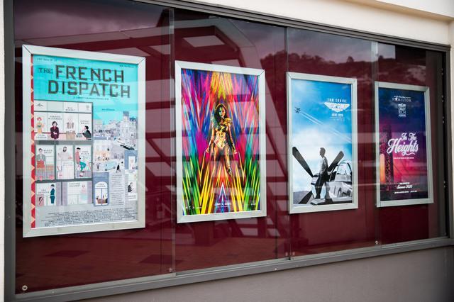 画像: 公開が延期された新作映画のポスターが飾られたまま
