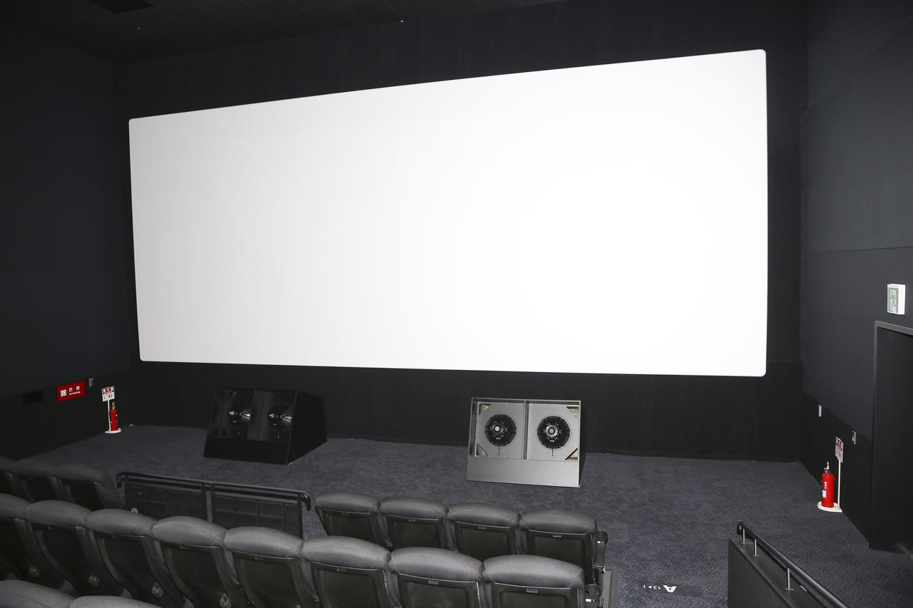 画像: 2番シアターに設置されたアイソバリック方式採用のサブウーハーが大迫力の音響を演出