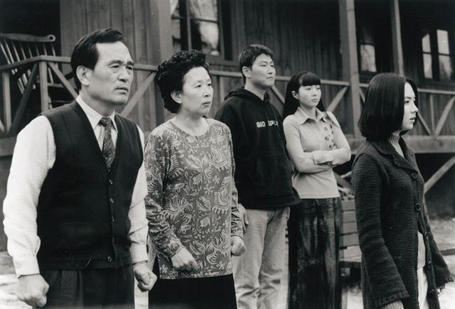 画像2: 若きガンホが息子役!リストラ一家大暴走のブラック・コメディー 「クワイエット・ファミリー」(1998)