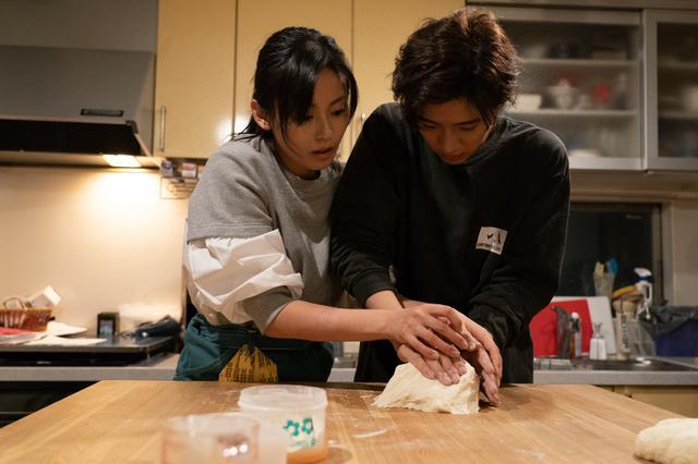 画像2: 写真左から:本仮屋ユイカ、飯島寛騎 ©2020「マイラブ・マイベイカー」製作委員会