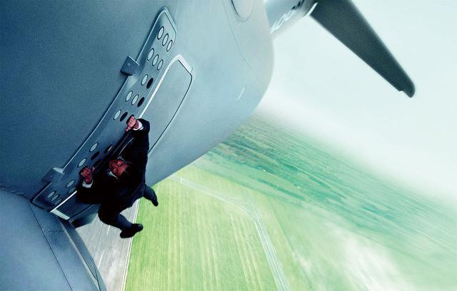 画像: 飛び立つ飛行機にしがみついたまま空中へ舞い上がった「ローグ・ネイション」