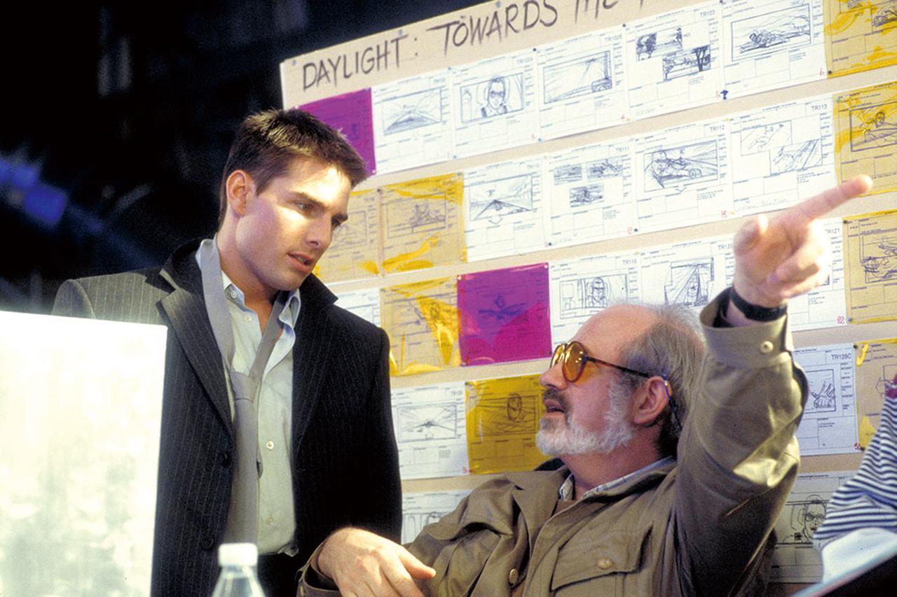 """画像: 第1作の撮影合間に監督のブライアン・デ・パルマと打ち合わせする""""製作者""""トム"""