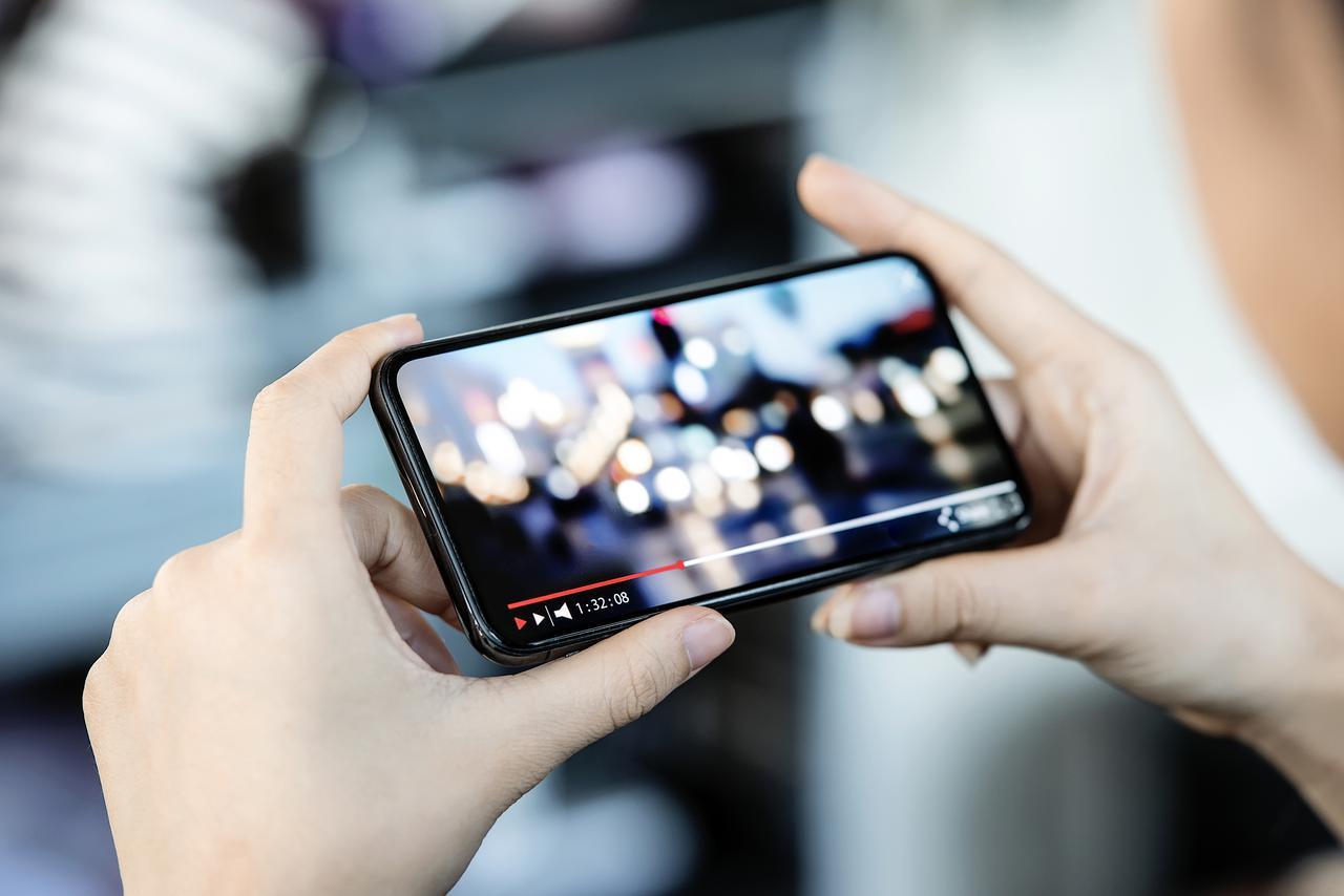 画像: スマホは移動時、お家なら大画面で観たい!