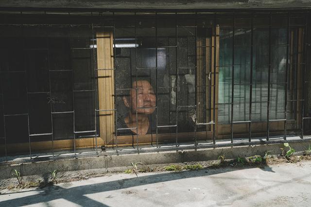 画像: 父ギテクは日の当たらない半地下住宅から何を思う…