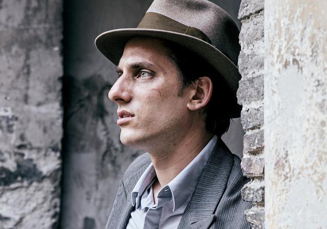 画像3: 『オールド・ガード』のルカ・マリネッリが作家を目指す無学の青年を熱演