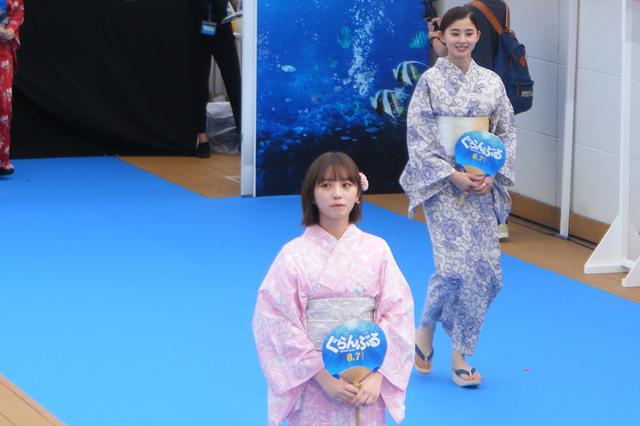画像: 姉妹役の与田祐希(左手前)と朝比奈彩(右奥)