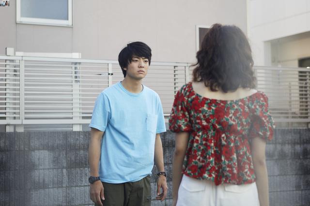 画像: 険しい表情で姉と口論をしている姿 © 2020『宇宙でいちばんあかるい屋根』製作委員会