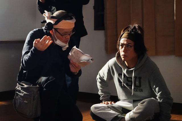 画像: 写真左から:中田秀夫監督、亀梨和也 (C)2020「事故物件 恐い間取り」製作委員会