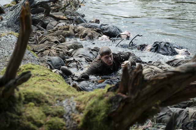 画像: 主演ジョージ・マッケイが急流に流される命がけのメイキング映像が解禁!