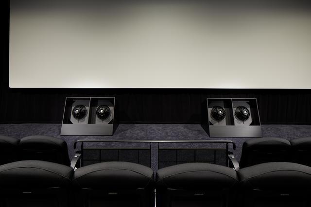 画像: スクリーン下に設備されたサブウーハー