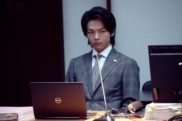 画像: 弁護士・庵野迦葉(中村倫也) Ⓒ2021『ファーストラヴ』製作委員会