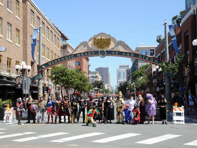 画像: オンライン開催だったにもかかわらずサンディエゴの恒例のコミコン会場には、当日コスプレイヤーたちが集結