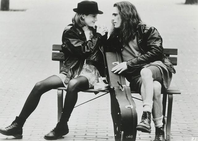 画像: 「シングルス」のマット・ディロン(右)