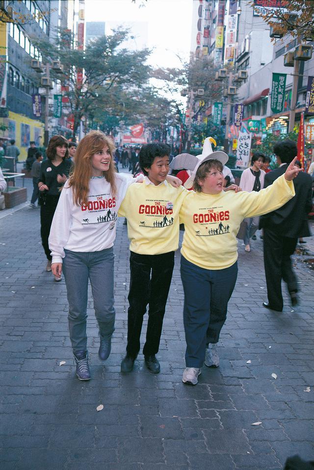 画像: 新宿の街中を3人で仲良く散歩?