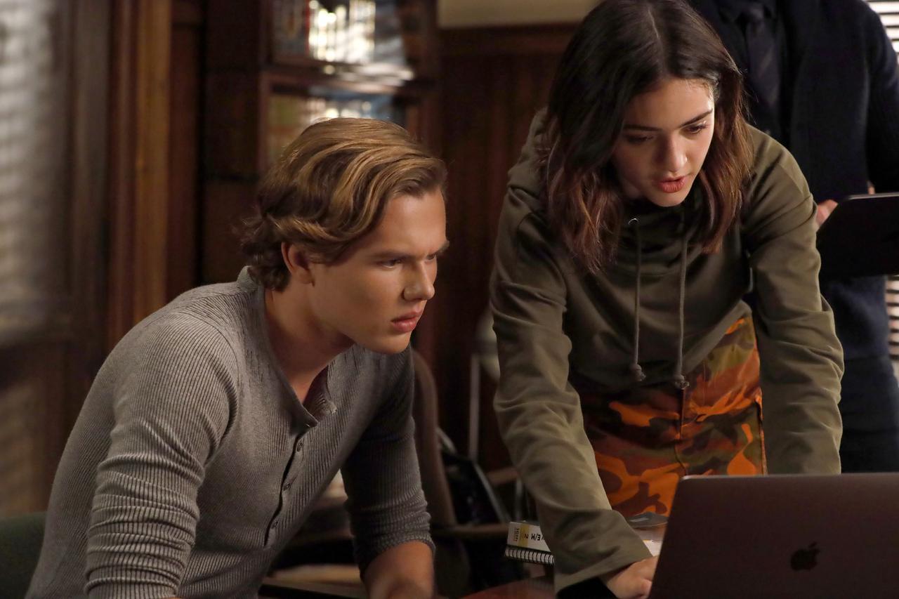 画像: ギャレット・ウェアリング(左)はベンの双子の娘オリーブに深く関わっていく今シーズンのキーパーソン