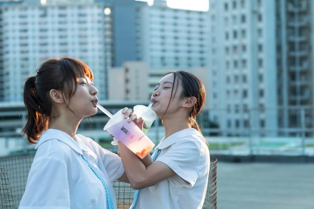 画像: 映画の冒頭では現代に生きる16歳の女子高生の眩しい青春模様が描かれる
