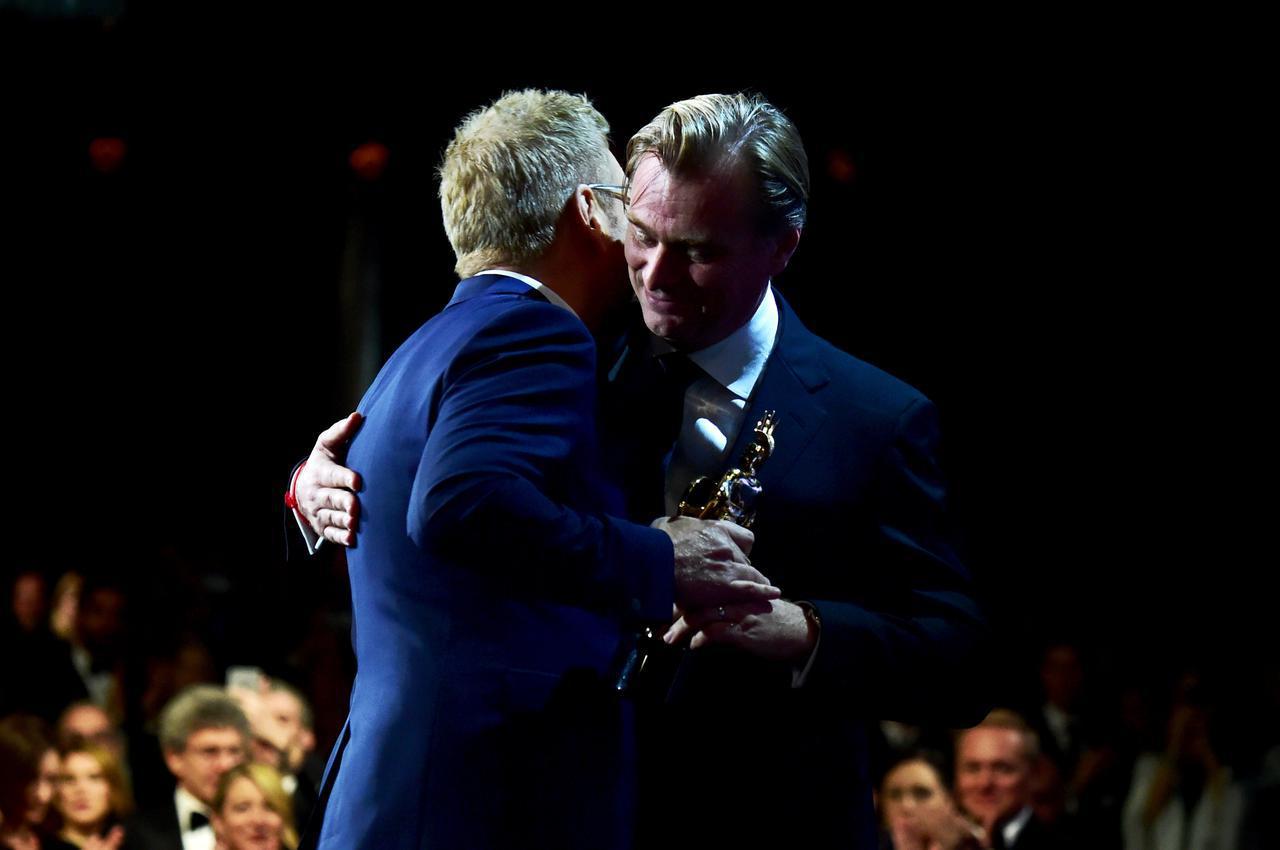 画像: BAFTA LA ブリタニア・アワードでノーラン監督からトロフィーを授与されたことも