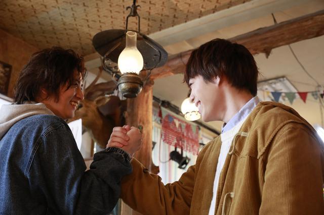 画像: ©2021「雨降ラジオ」製作委員会 写真左から:飯島寛騎、西銘駿