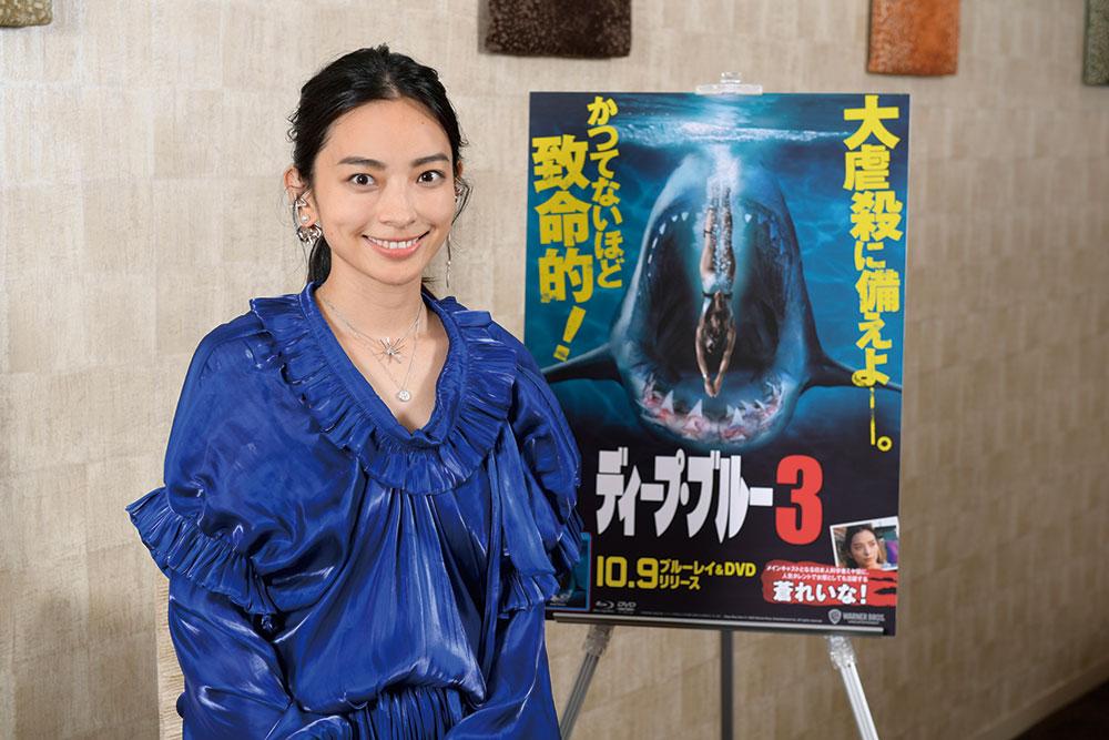 """画像: 日本人俳優としてハリウッド""""サメ映画""""に初のメインキャストで出演した蒼れいな"""