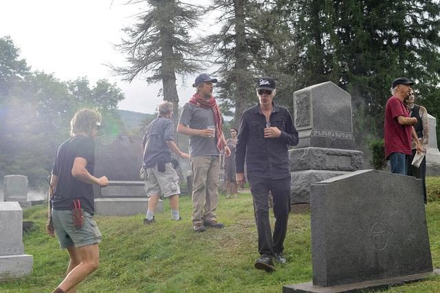 画像: ゾンビが集まる墓場で演出中のジャームッシュ監督
