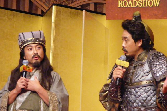 画像2: 写真左から:諸葛亮孔明のムロツヨシ、劉備玄徳役の大泉洋 2人以外がパネルであることにぼやき始める様子。
