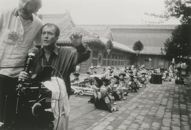 画像: 「ラストエンペラー」撮影中のベルナルド・ベルトルッチ監督 ©️Recorded Picture Company
