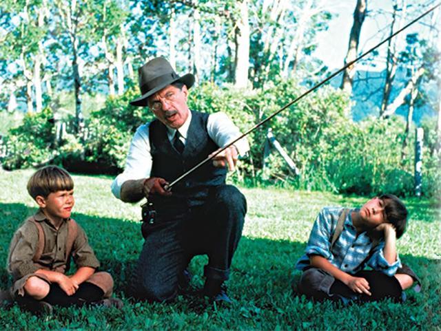 画像: 兄の少年時代(右)を演じたのはジョゼフ・ゴードン=レヴィット